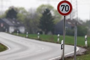 Wann gilt eine durch ein Verkehrsschild (Zeichen 274) angezeigte Geschwindigkeitsbegrenzung als aufgehoben?