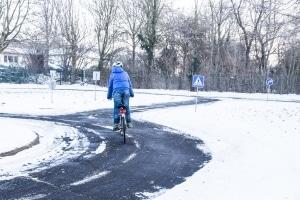 Verkehrssicherheit im Winter: Fahrrad-Fahrer sollten unbedingt Bremsen und Beleuchtung prüfen.