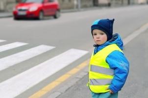 Verkehrssicherheit im Winter: Kinder müssen im Straßenverkehr gut sichtbar sein. Reflektorwesten helfen.