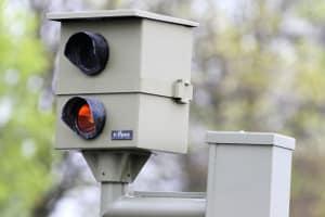Die Verkehrsüberwachung kann durch Blitzer und Radarfallen erfolgen.