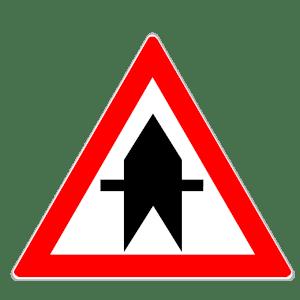 Verkehrszeichen 301 für Vorfahrt an der kommenden Kreuzung