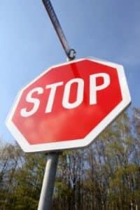 """Verkehrszeichen """"Halt. Vorfahrt gewähren"""": Fahrzeuge müssen kurz anhalten."""