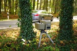 Versteckte Blitzer können hinter Bäumen und Büschen lauern.