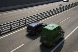 Vorfahrt auf der Autobahn haben die Fahrzeuge auf der Autobahnfahrbahn