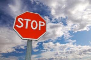 Verkehrszeichen: Halt. Vorfahrt gewähren.
