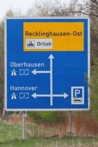 Vorwegweiser auf der Autobahn zeigen Ihnen die nächsten Abfahrten an.
