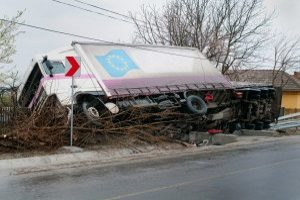 Die Wahrscheinlichkeit eines Unfalls ist sehr hoch, wenn ein LKW die Höchstgeschwindigkeit nicht einhält.