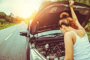 Warnblinklicht: Wenn Ihr Auto an einer Stelle liegenbleibt, an der es erst spät als Hindernis erkannt wird, müssen Sie es einschalten.