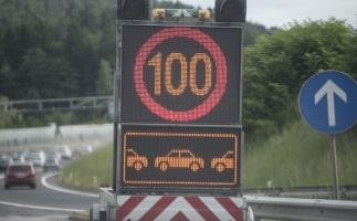 In bestimmten Fällen können Wechselverkehrszeichen mit einem Blitzer kombiniert sein.