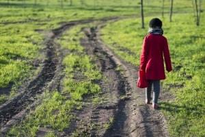 Das Wegerecht beim privaten Grundstück: Manchmal sind z. B. Nachbarn berechtigt, Privatwege zur nutzen.
