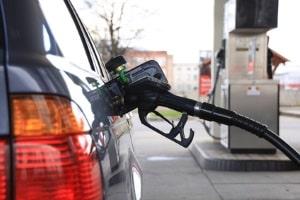 Wie kann man Kraftstoff sparen? Autobesitzer setzen sich mit dieser Frage aus verschiedenen Gründen auseinander.