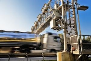 Wie schnell dürfen Lkw auf der Autobahn fahren?