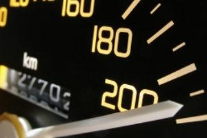 Wie schnell dürfen Sie mit Anhänger fahren?