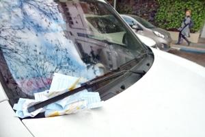 Wie weit darf man im Halteverbot stehen? Ragt das Fahrzeug hinein, droht ein Bußgeld.