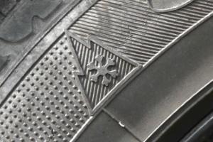 Wintertaugliche Busreifen müssen seit 2018 das Alpine-Symbol aufweisen.