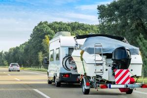Außerorts fahren mit dem Wohnmobil: Die Verkehrsregeln geben eine bestimmte Höchstgeschwindigkeit vor.