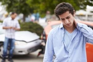 Eine Zerrung der HWS tritt nicht selten nach einem Autounfall auf.