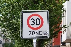 Werden Sie in einer Zone-30 geblitzt mit 50 km/h oder mehr, kann dies teuer werden.