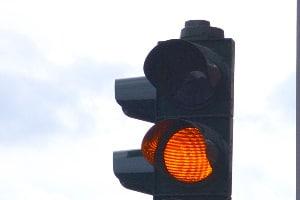 Eine Zwei-Phasen-Ampel zeigt nur die Farben Gelb und Rot.